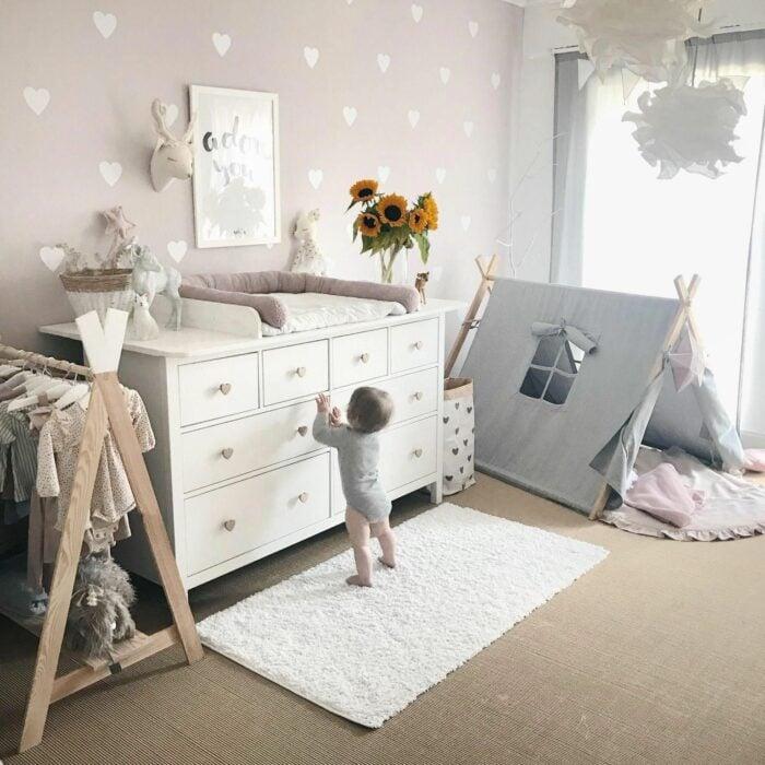 Cuarto de un bebé decorado con un cambiador, un tipie y un pequeño closet para colgar los pañaleros hechos de palets