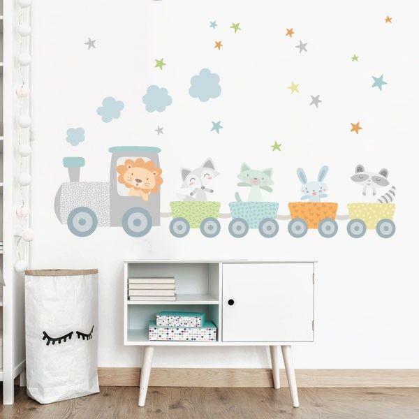 Pared de una habitación infantil decorada con un tren con animalitos, un mueble vintage color blanco y un cesto de ropa