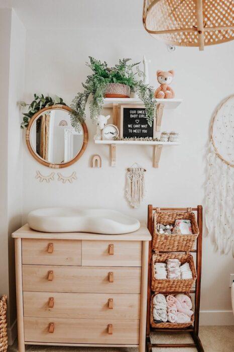 Cambiador de pañales estilo vintage con espejos, repisas y varios cajones