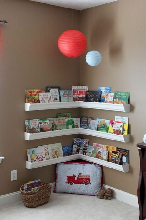 Estante para colocar libros infantiles en el rincón de una habitación