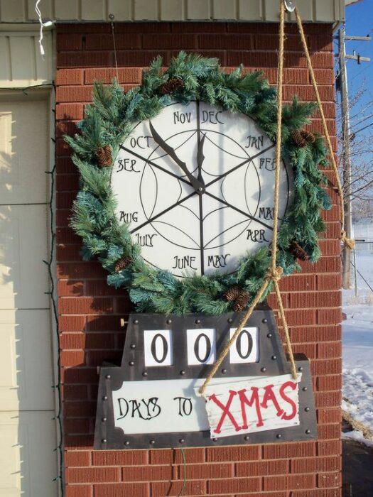 Reloj navideño elaborado con ramas verdes