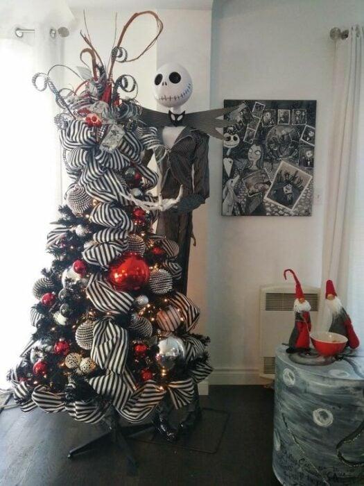 árbol Navidad decorado con listón enorme
