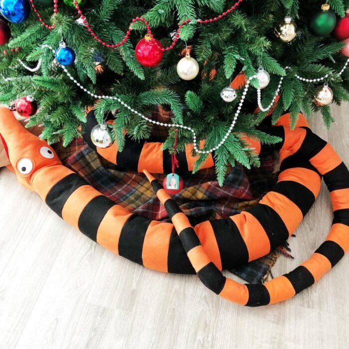Pie de árbol decorado con una serpiente naranja de El extraño mundo de Jack