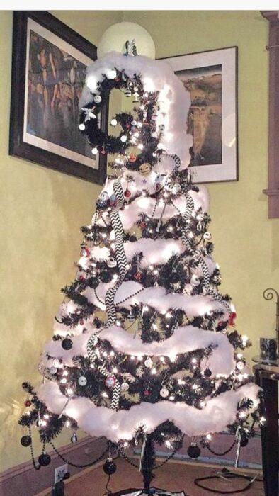 Árbol de Navidad decorado con espuma artificial en blanco