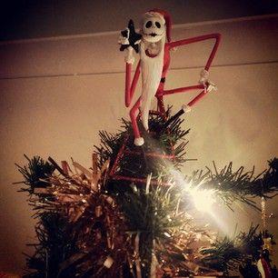 árbol navideño decorado en la punta con una figurilla de El extraño mundo de Jack