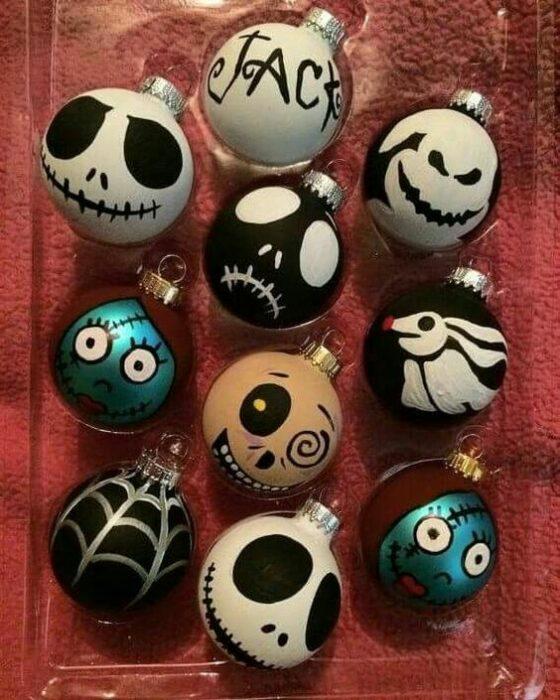 Esferas pintadas con personajes de El extraño mundo de Jack