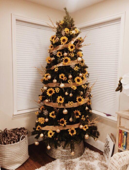 Pinito navideño decorado con girasoles enormes; ideas para decorar tu arbolito de Navidad