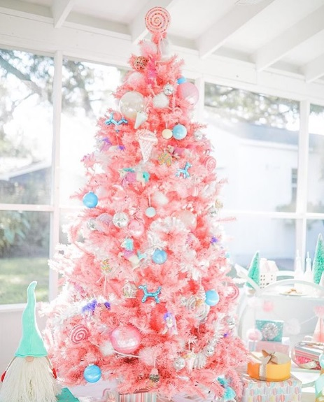 Pinito navideño en color rosa decorado con caramelos; ideas para decorar tu arbolito de Navidad