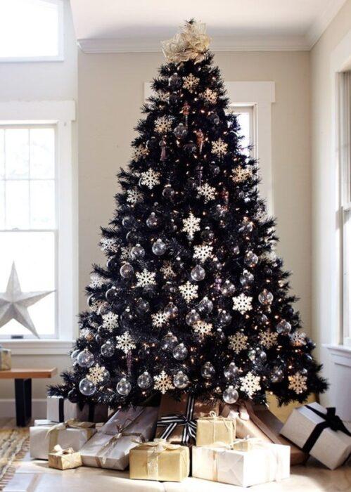 Pinito navideño en color negro decorado con esferas blancas; ideas para decorar tu arbolito de Navidad