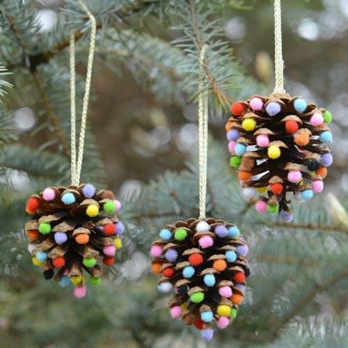 Esferas hechas con pinñones y bolitas de felpa