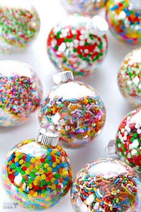 Esferas de plástico rellenas de dulces