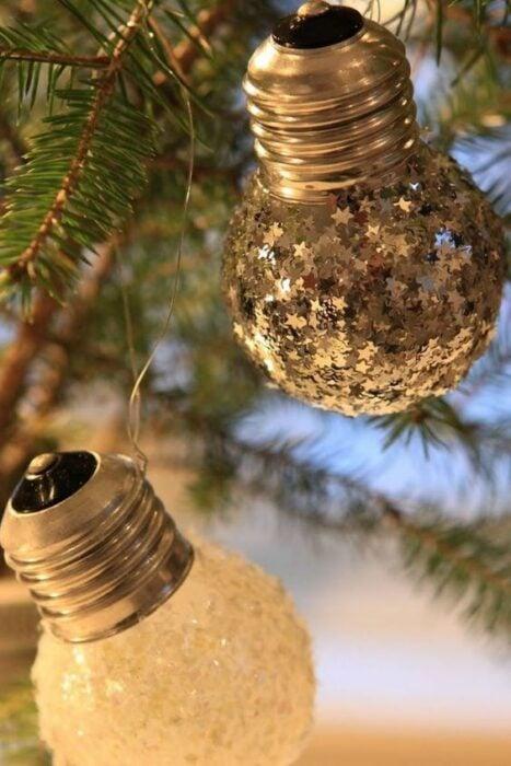 Esferas hechas con focos de cristal