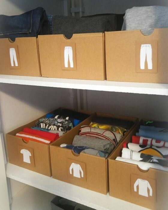 Cajas de cartón marcadas con etiquetas de ropa