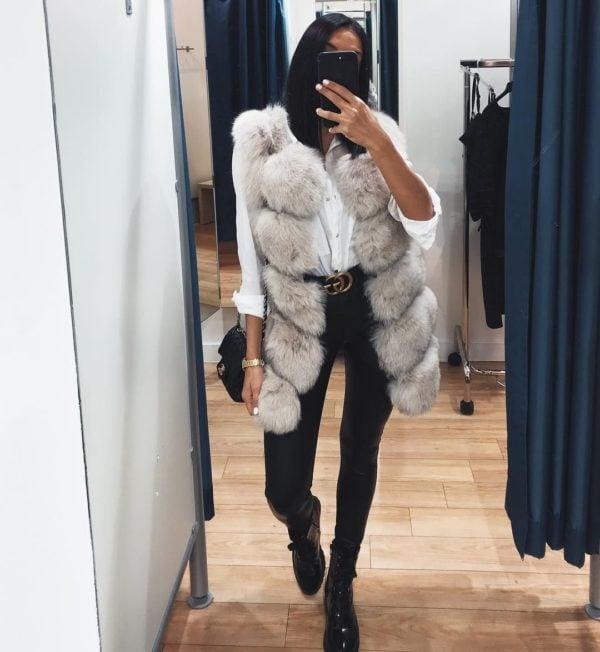 Chica con chaleco abultado de peluche; ideas para llevar chaleco durante el otoño-invierno
