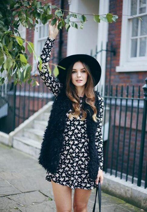 Chica con chaleco negro de peluche; ideas para llevar chaleco durante el otoño-invierno