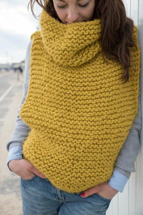Chica con chaleco de estambre en color mostaza; ideas para llevar chaleco durante el otoño-invierno