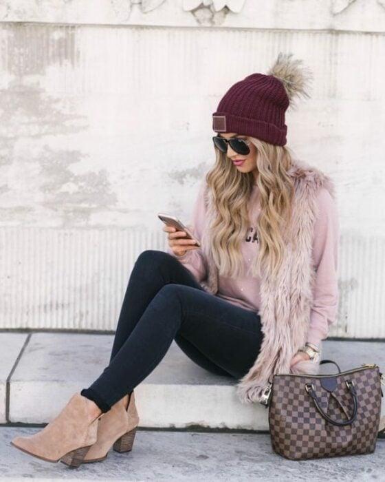 Chica con chaleco de peluche en tono rosa palo ; ideas para llevar chaleco durante el otoño-invierno