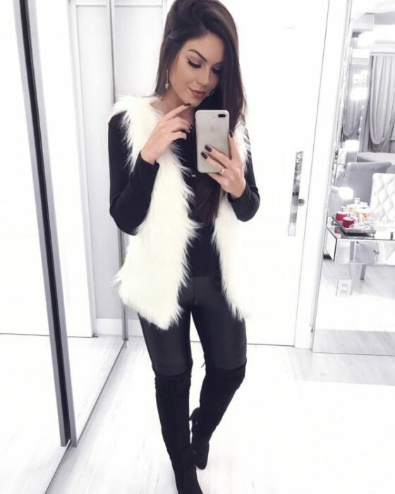 chica con chaleco blanco de peluche; ideas para llevar chaleco durante el otoño-invierno