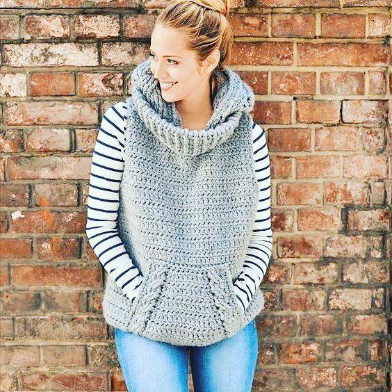 Chica con chaleco de estambre en color gris claro; ideas para llevar chaleco durante el otoño-invierno