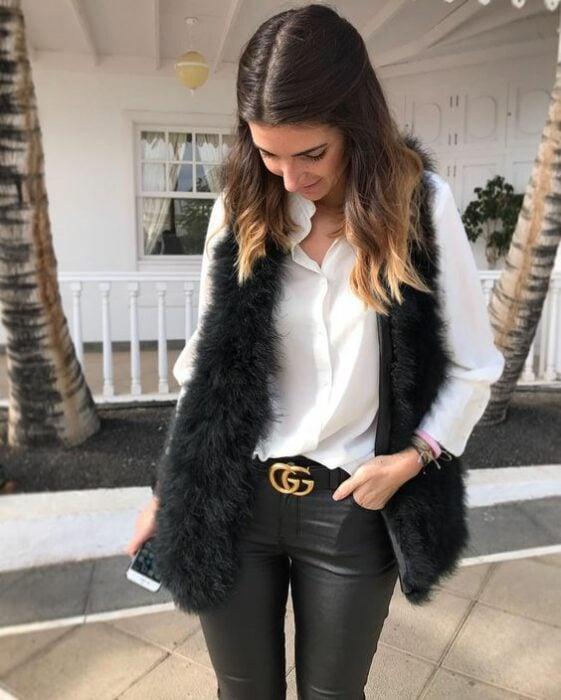 Chica con chaleco de peluche en color negro con leggings ; ideas para llevar chaleco durante el otoño-invierno