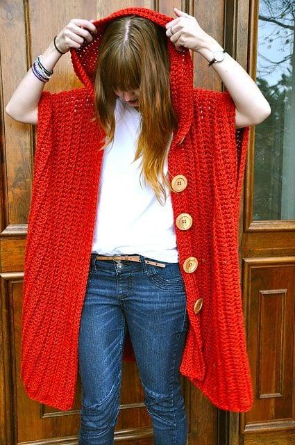 Chica con chaleco largo en color rojo; ideas para llevar chaleco durante el otoño-invierno