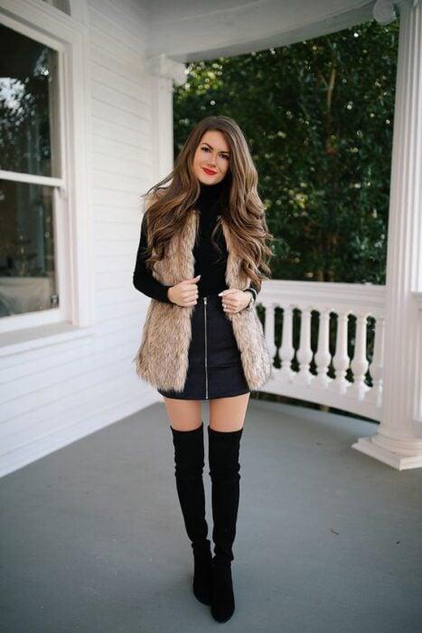 Chica con chaleco de peluche en color café; ideas para llevar chaleco durante el otoño-invierno