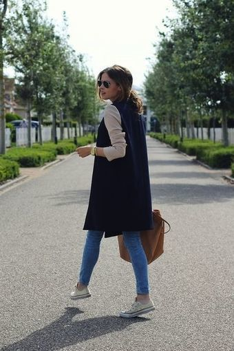 Girl in suede shawl and white tennis shoes; ideas to wear a vest during autumn-winter