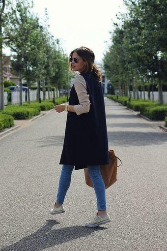 Chica con chaleo de tela de gamuza y tenis blanco; ideas para llevar chaleco durante el otoño-invierno