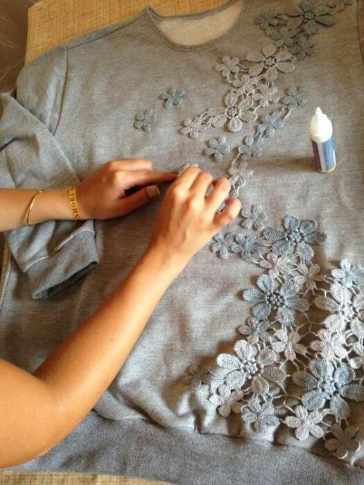 Suéter ligero en color gris decorado con encaje del mismo color