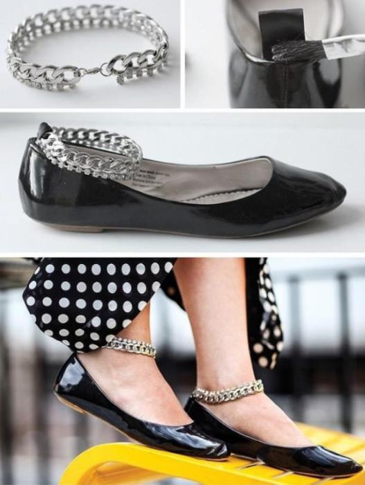 DIY zapatos de piso negros con una cadenita plateada amarrada al tobillo