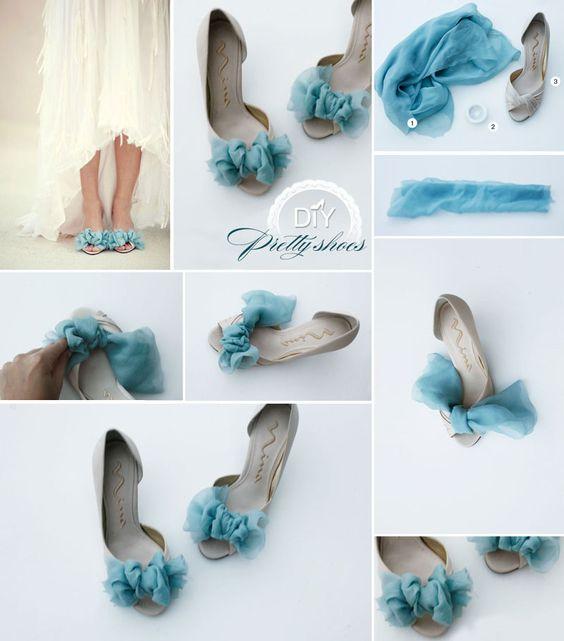 DIY zapatos de piso renovados y decorados con un pedazo de tela fina color azul como si fuera moño en la parte delantera