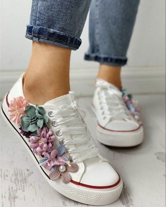 DIY converse blancos con flores de tela en colores pastel pegadas con silicón frío
