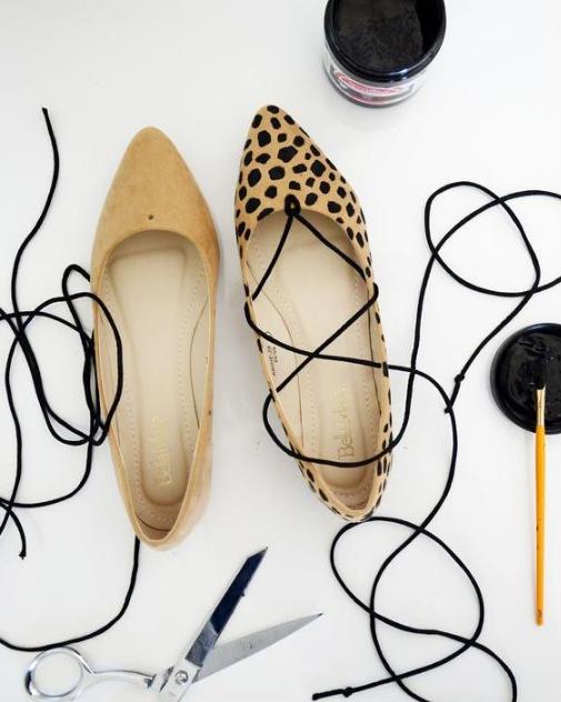 DIY zapatos de piso con lazo negro y pintados a manos con manchitas negras al estilo cheetah