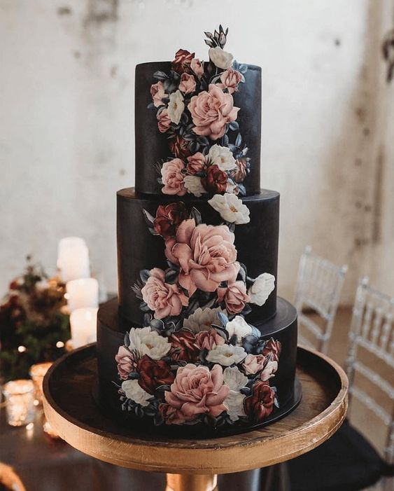 Pastel de boda en color negro con flores de merengue