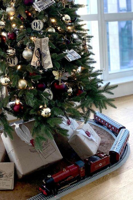 Pino navideño con un tren bajo sus ramas inspirado en Harry Potter