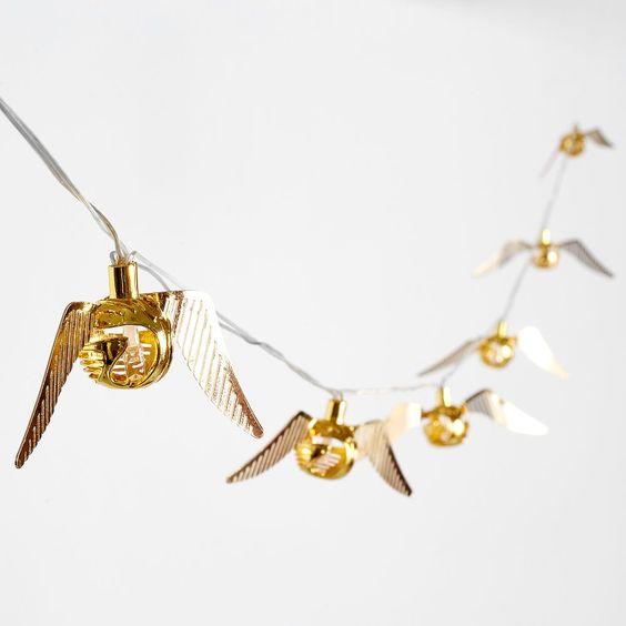 Luces navideñas en forma de snitch dorada