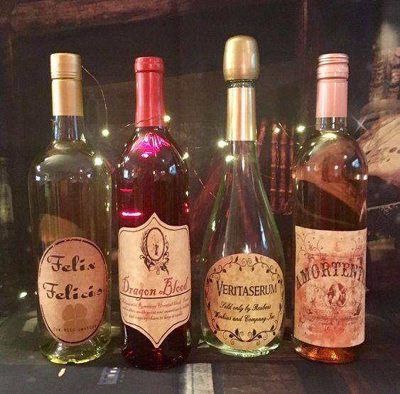 Botellas de vino etiquetadas con pócimas de Harry Potter