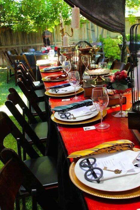 Mesa decorada con platos de Harry Potter