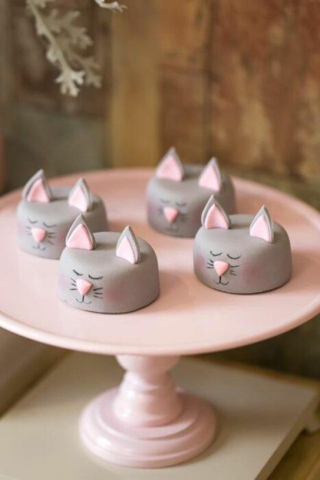 Bombones cubiertos de chocolate en forma de gato