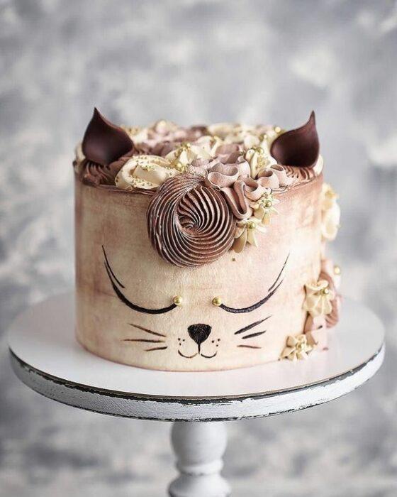Pastel de chocolate en forma de gato