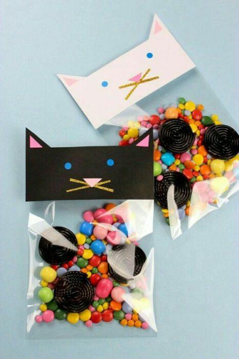 Aguinaldo con dulces y galletas decorado con gatos