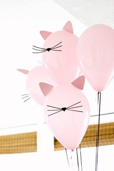 Globos rodas decorados como gatos