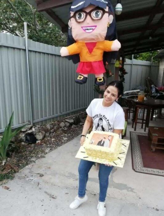 Chica con pastel y piñata de Betty la fea