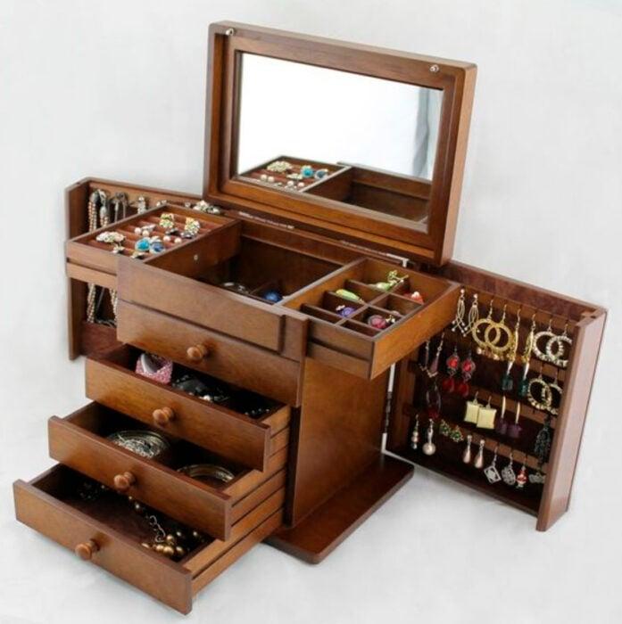 Joyero de madera con diferentes compartimentos y espejo