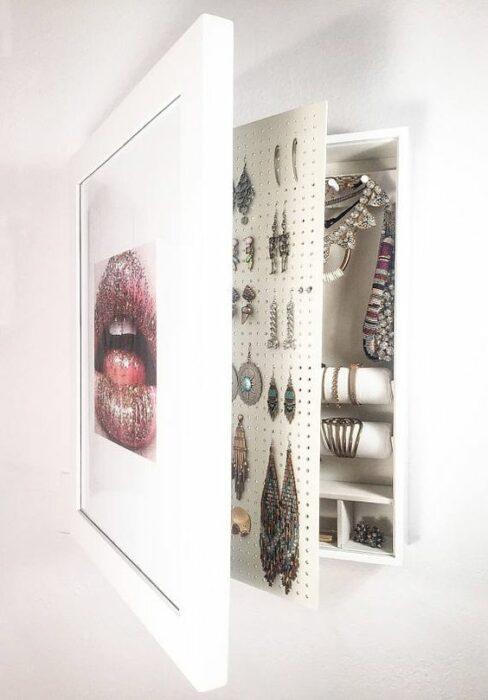 Joyero de pared, dentro de un cuadro con diferentes compartimentos