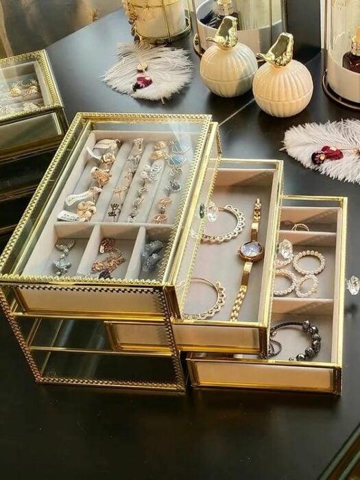 Joyero de cristal con armazón de cristal, de cajones con diferentes compartimentos