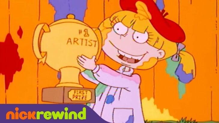 Angelica Pickles tomando el premio de primer lugar en el concurso de artistas
