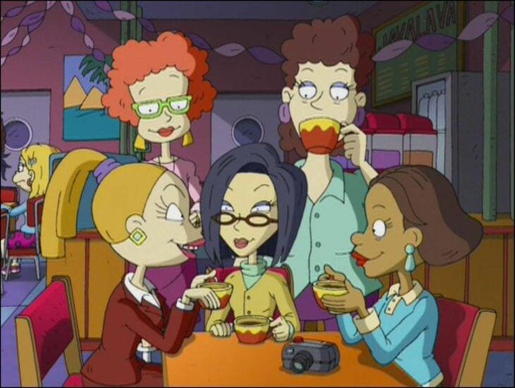 Escena de la caricatura Rugrats. Mamás de los bebés conversando mientras están bebiendo café