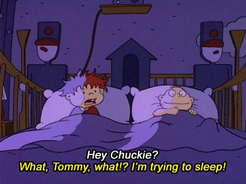Escena de Rugrats en la que Tommy Pickles y Carlitos están conversando en medio de la noche