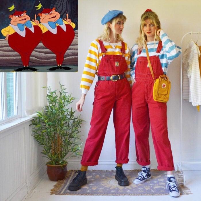 Hermanas gemelas arman atuendos inspirados en películas animadas y caricaturas con ropa vintage; Disney, Alicia en el país de las maravillas, gemelos